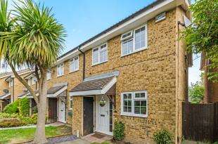 2 Bedrooms Semi Detached House for sale in Foxglove Lane, Chessington, Surrey, England