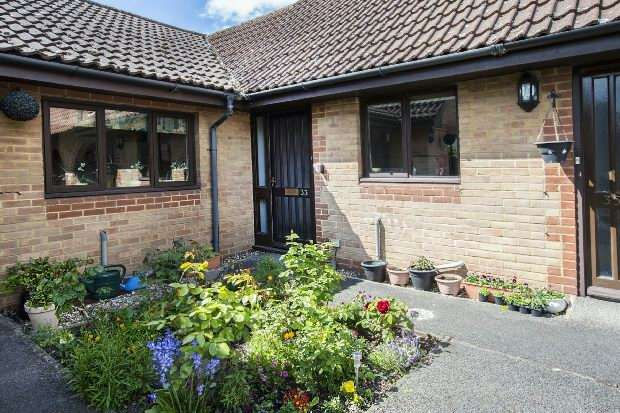 2 Bedrooms Semi Detached Bungalow for sale in Burrcroft Court, Tilehurst, Reading,