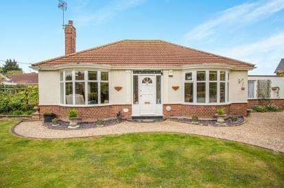 2 Bedrooms Bungalow for sale in Ormesby, Great Yarmouth, Norfolk