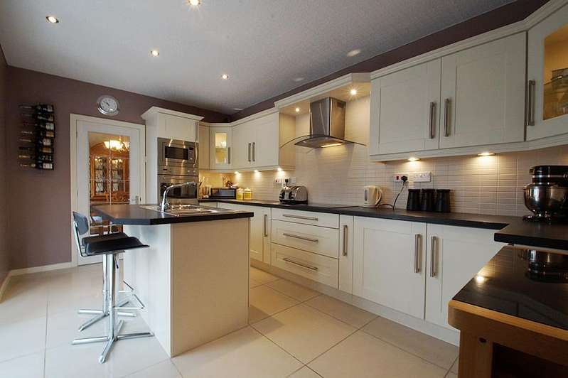 5 Bedrooms Detached House for sale in Grotton Meadows, Grotton OL4