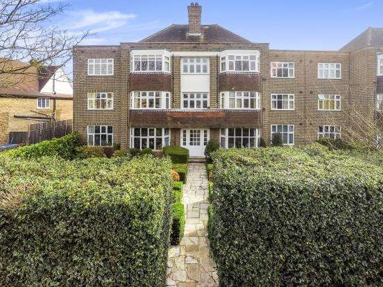 3 Bedrooms Flat for sale in Esher, Surrey