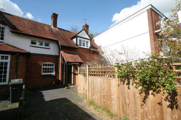 2 Bedrooms End Of Terrace House for sale in Guildford, Surrey