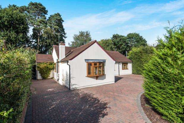 4 Bedrooms Bungalow for sale in Lightwater, Surrey