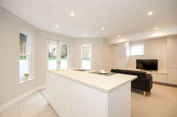 2 Bedrooms Flat for sale in The Hermitage, Richmond, .