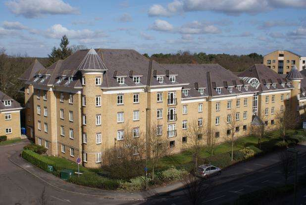 2 Bedrooms Flat for sale in Woking, Surrey