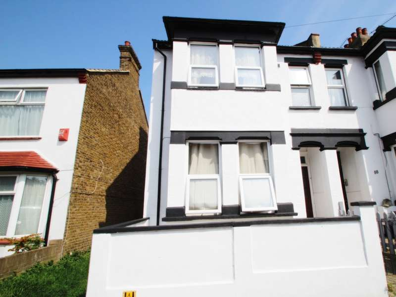 3 Bedrooms End Of Terrace House for sale in Gainsborough Drive, Westcliff On Sea