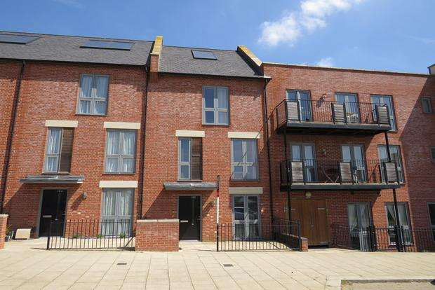 4 Bedrooms Terraced House for sale in High Street, Upton, Northampton, NN5