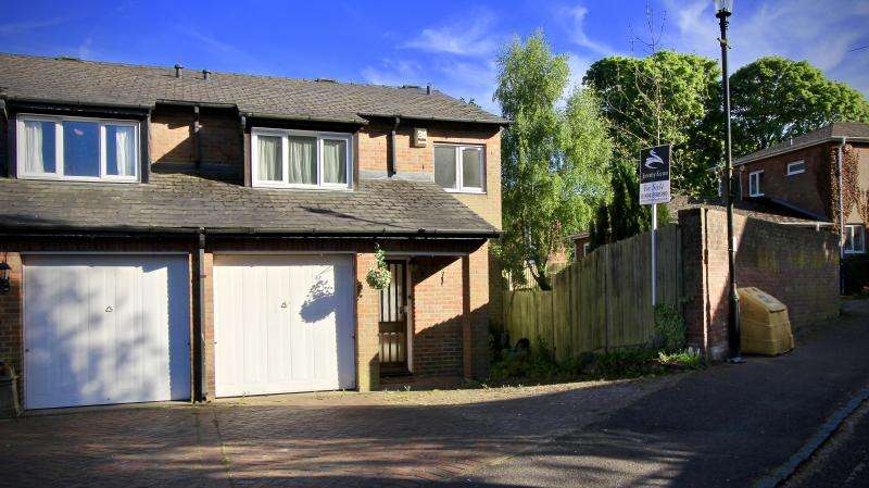 3 Bedrooms Semi Detached House for sale in Walnut Close, Great Missenden HP16