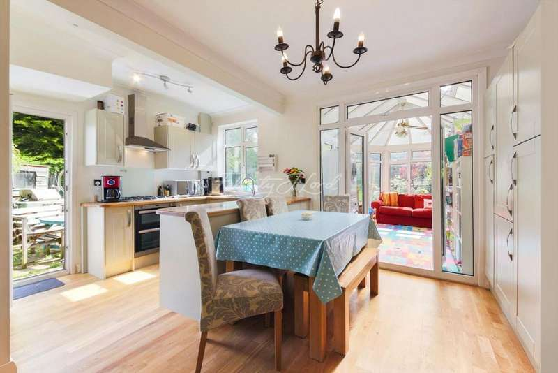 4 Bedrooms Semi Detached House for sale in Broad Walk, SE3