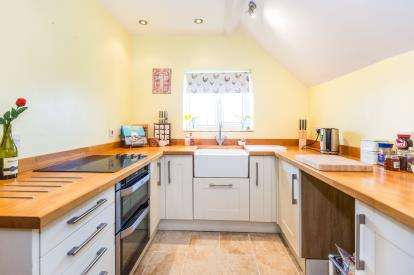 2 Bedrooms Flat for sale in Upton Road, Callow End, Worcester, Worcestershire