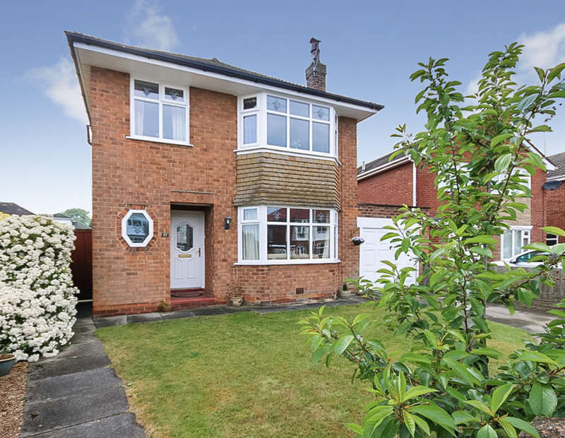 3 Bedrooms Detached House for sale in Links Avenue, Southport