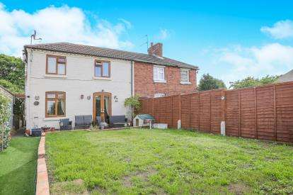 2 Bedrooms Semi Detached House for sale in Shrubbery Hill, Cookley, Kidderminster