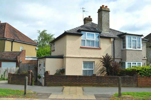 2 Bedrooms Semi Detached House for sale in Clayton Road, Chessington