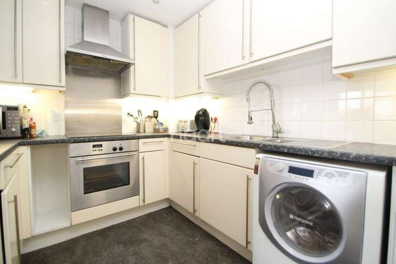 2 Bedrooms Flat for sale in Ibex House, London, E15