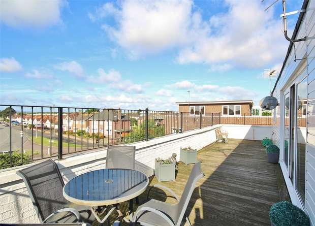 3 Bedrooms Flat for sale in The Pentagon, 94 Stanley Green Road, Oakdale, POOLE, Dorset