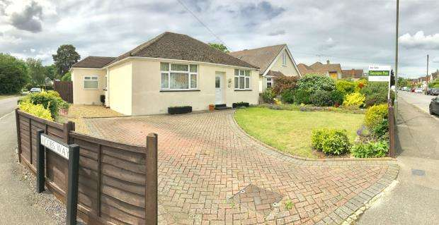 3 Bedrooms Bungalow for sale in New Haw, Addlestone, Surrey