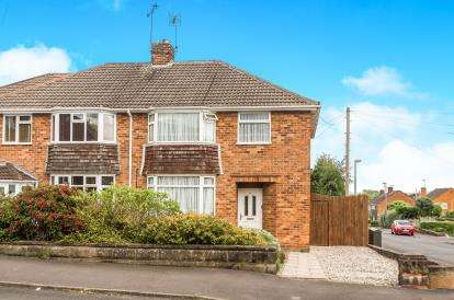 3 Bedrooms Semi Detached House for sale in Meriden Avenue, Wollaston, Stourbridge, West Midlands
