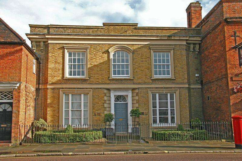 3 Bedrooms Unique Property for sale in Downing Street, Farnham