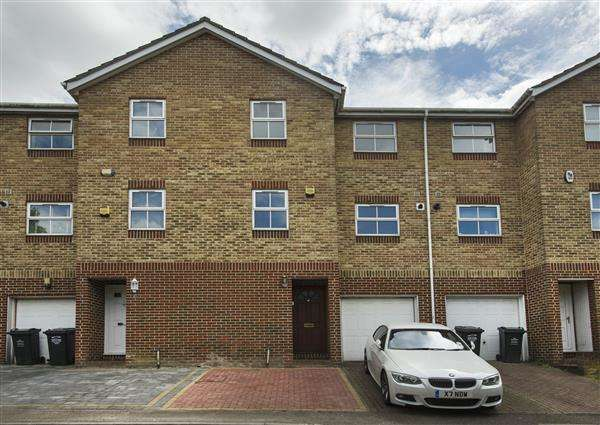 4 Bedrooms Terraced House for sale in Valley Gardens, Mounts Road, Greenhithe