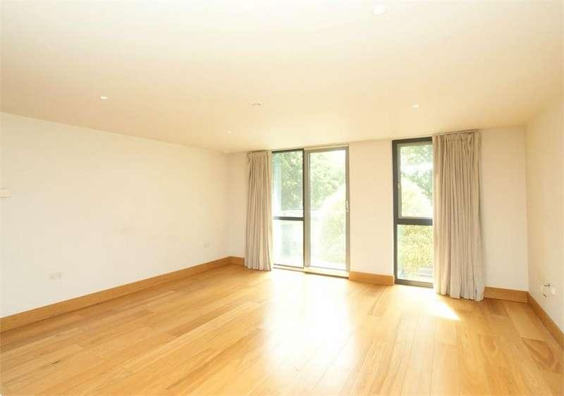 2 Bedrooms Flat for sale in Queens Road, Hersham, Walton-on-Thames, Surrey