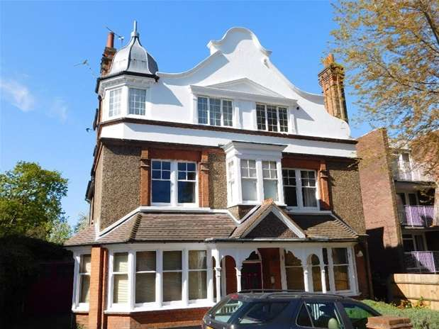 2 Bedrooms Flat for sale in Cranes Park, Surbiton