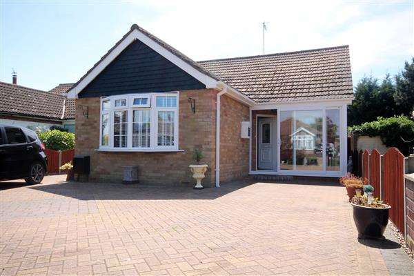 2 Bedrooms Bungalow for sale in St Johns Road, Clacton on Sea