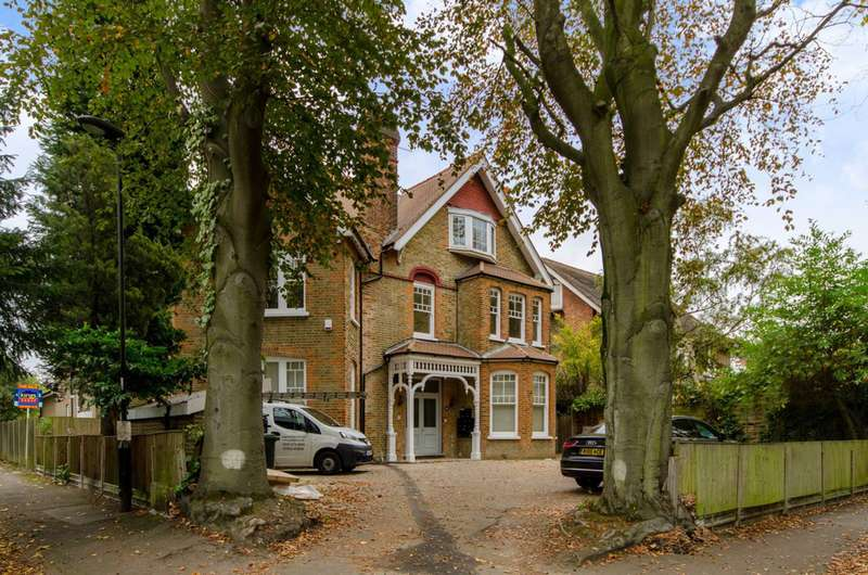 3 Bedrooms Flat for rent in Wellington Road, Bush Hill Park, EN1