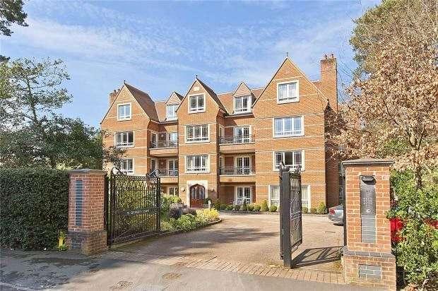3 Bedrooms Flat for sale in St. George's Court, Cavendish Road, Weybridge, Surrey, KT13