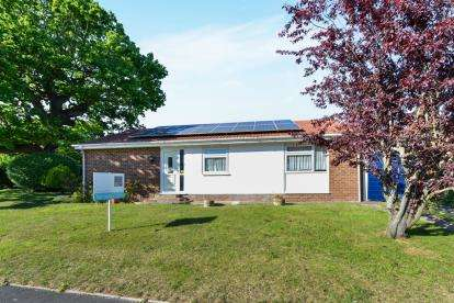 3 Bedrooms Bungalow for sale in East Cowes, Isle Of Wight