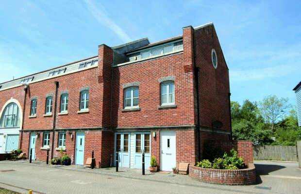 3 Bedrooms End Of Terrace House for sale in Brunel Court, Truro