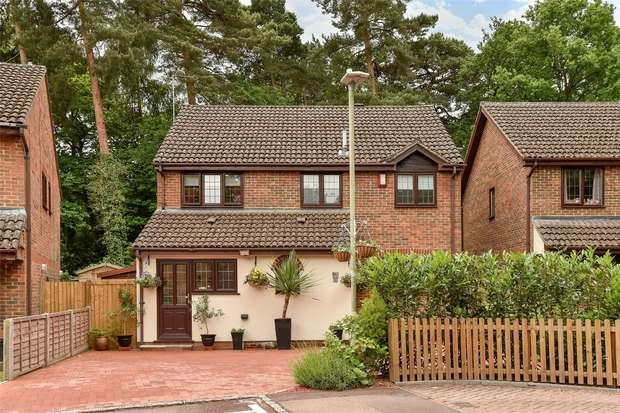 4 Bedrooms Detached House for sale in Holme Close, CROWTHORNE, Berkshire