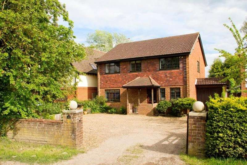 4 Bedrooms Detached House for sale in Kings Road, West End, Woking, GU24