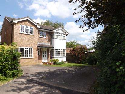 5 Bedrooms Detached House for sale in Somerset Close, Kingswood, Wotton-Under-Edge, Gloucestershire