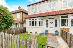 3 Bedrooms Terraced House for sale in Hunters Road, Chessington, Surrey