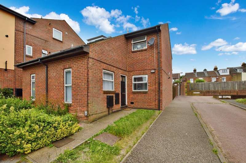 3 Bedrooms Semi Detached House for sale in Wellington Street, South Luton, Luton, LU1 5AH