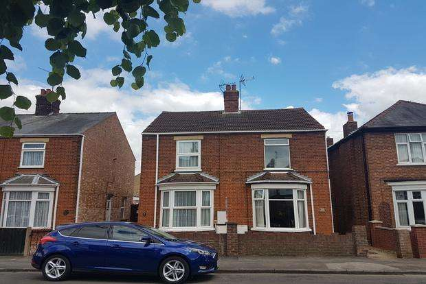 3 Bedrooms Semi Detached House for sale in Regent Avenue, March, PE15
