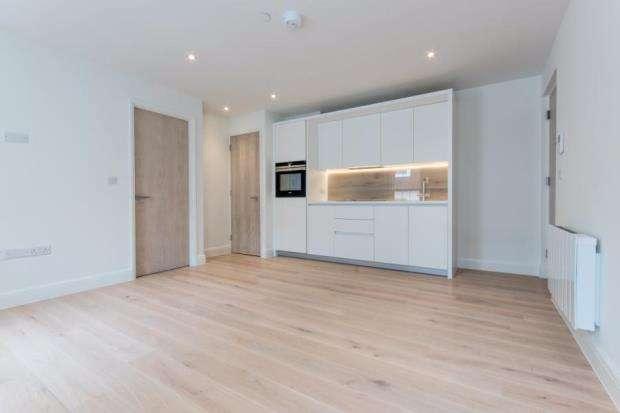 1 Bedroom Flat for sale in Esher, Surrey