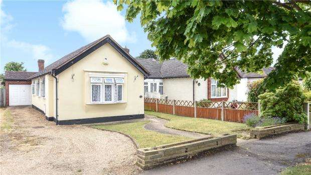 4 Bedrooms Semi Detached Bungalow for sale in Meadway, Staines-upon-Thames, Surrey