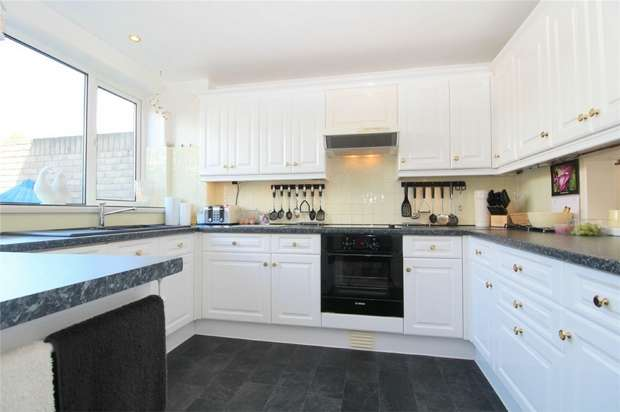 3 Bedrooms Maisonette Flat for sale in Hetherington Road, Charlton Village, Shepperton, Surrey