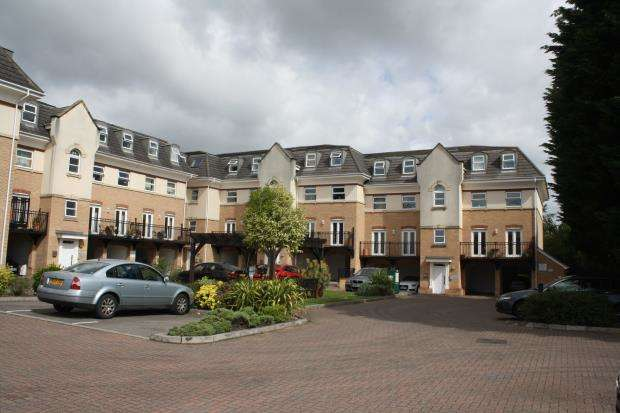 2 Bedrooms Flat for sale in Hipley Street, Woking, Surrey