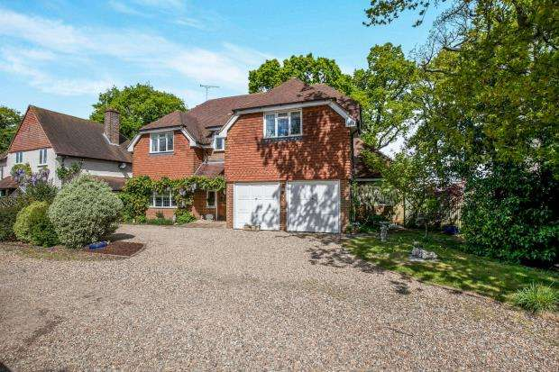 5 Bedrooms Detached House for sale in New Haw, Surrey
