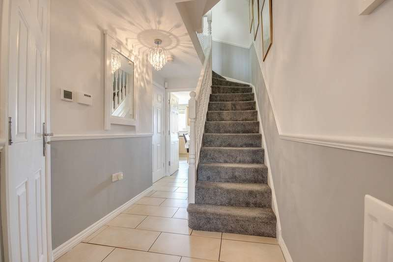 4 Bedrooms Town House for sale in Myers Close, Bradford, West Yorkshire, BD10