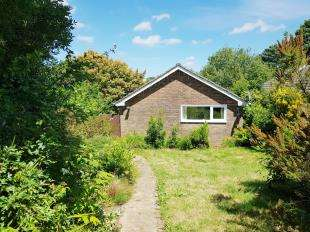 3 Bedrooms Bungalow for sale in Downlands, Pulborough, West Sussex