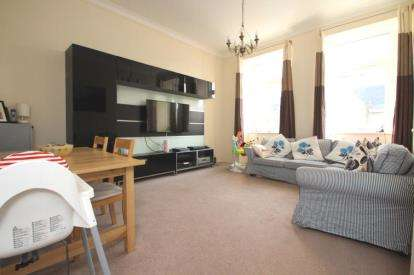 2 Bedrooms Flat for sale in East Main Street, Broxburn