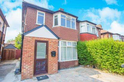 2 Bedrooms Maisonette Flat for sale in Pennine Drive, London