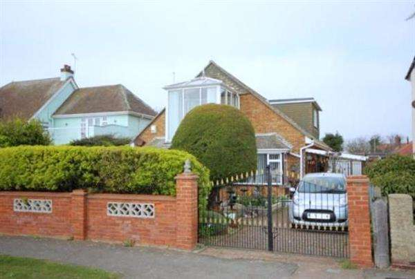 3 Bedrooms Chalet House for sale in Kings Parade, Holland on Sea