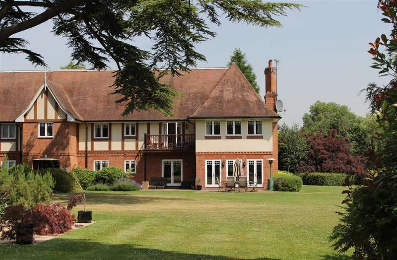 3 Bedrooms Flat for sale in Tidmarsh Grange, Knebworth House, The Street, Tidmarsh, RG8