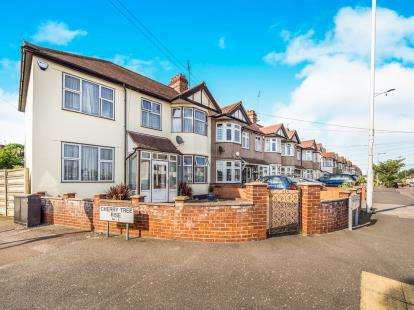 5 Bedrooms End Of Terrace House for sale in Buckhurst, Hill, Essex