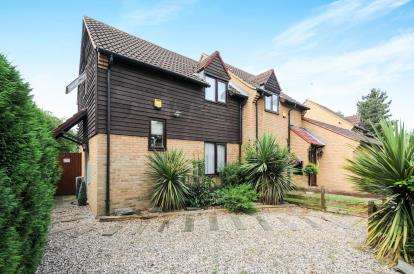 2 Bedrooms Semi Detached House for sale in Lower Meadow, Cheshunt, Waltham Cross, Hertfordshire