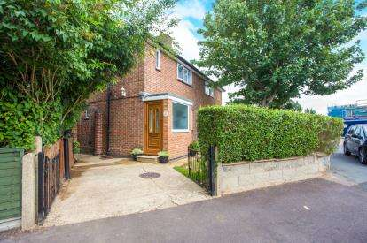 2 Bedrooms Semi Detached House for sale in Goodrich Close, Watford, Hertfordshire